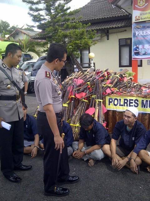 Kapolres Muara Enim didampingi Kabag Ops saat memeriksa senpira dan mengintrogasi para pemilik senpira yang ditangkap