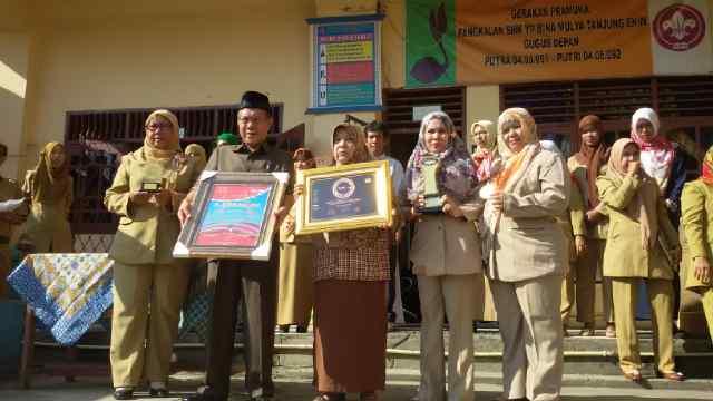 Kepala SMK BM Drs.H. Thalib Yahya bersama dewan guru saat memperlihatkan berbagai prestasi yang diraih SMK BM