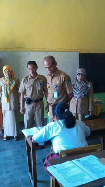 Kadisdikbud Muara Enim Drs Muzakar M.Pd didampingi Kepala UPTD Dikbud Kecamatan Lawang Kidul Dr. Yusnawati, MM dan pengawas saat meninjau pelaksanaan UN SD