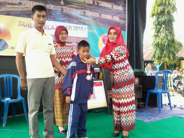 Pengalungan medali atas salah satu siswa yang meraih prestasi di ajang O2SN tingkat Provinsi Sumsel.
