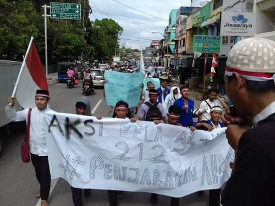 Tampak mahasiswa dan aliansi muslim saat menyuarakan tuntutan agar segera Ahok ditangkap