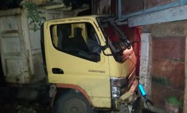 Dumtruk Warna Kuning Tabrak Rumah Warga di Ujanmas