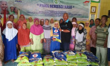 Senangnya, 35 Lansia di Desa Darmo Terima Bantuan Beras