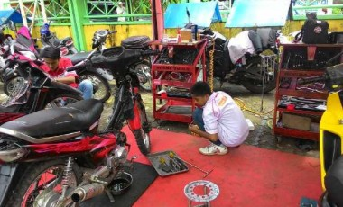 Guru dan Warga Dapat Layanan Servis Sepeda Motor Gratis