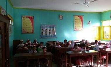 Orang Tua Murid SDN 26 Antusias Dampingi Anaknya Ke Sekolah