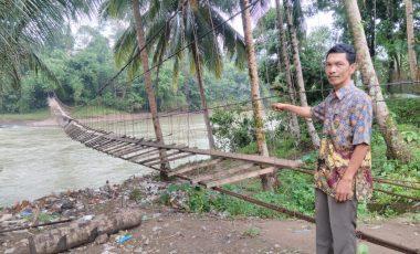 Warga Desa Pulau Panggung Harapkan Perbaikan Jembatan Gantung Menuju Kebun