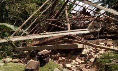 Dua Rumah Warga di Desa Tanjung Agung Ambruk