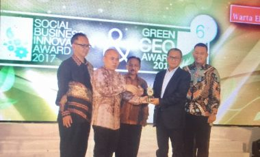 PTBA Sabet Dua Penghargaan Di Ajang Social Business Innovation & Green CEO Awards 2017