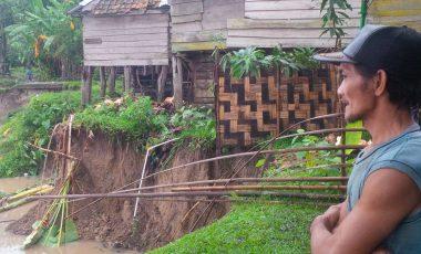 Diterjang Banjir, Belasan Rumah di Desa Beruge Terancam Ambruk