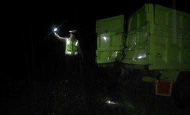 Ban Terselip di Rel, Bak Belakang Truk Ringsek Tertabrak Kereta Babaranjang