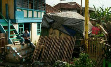 Diduga Mengantuk, Truk Batubara Seruduk Pagar Rumah Warga