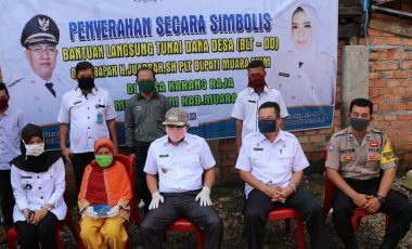 Warga Desa Karang Raja Terima Bantuan Langsung Tunai Dana Desa