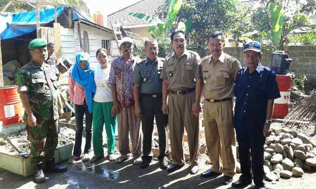 Dandim 404-05 Tanjung Enim Kapten Inf Gunadi pose bersama Camat Lawang Kidul Drs. Rahmat Noviar, Kades Darmo Yancik dan warga penerima bedah rumah