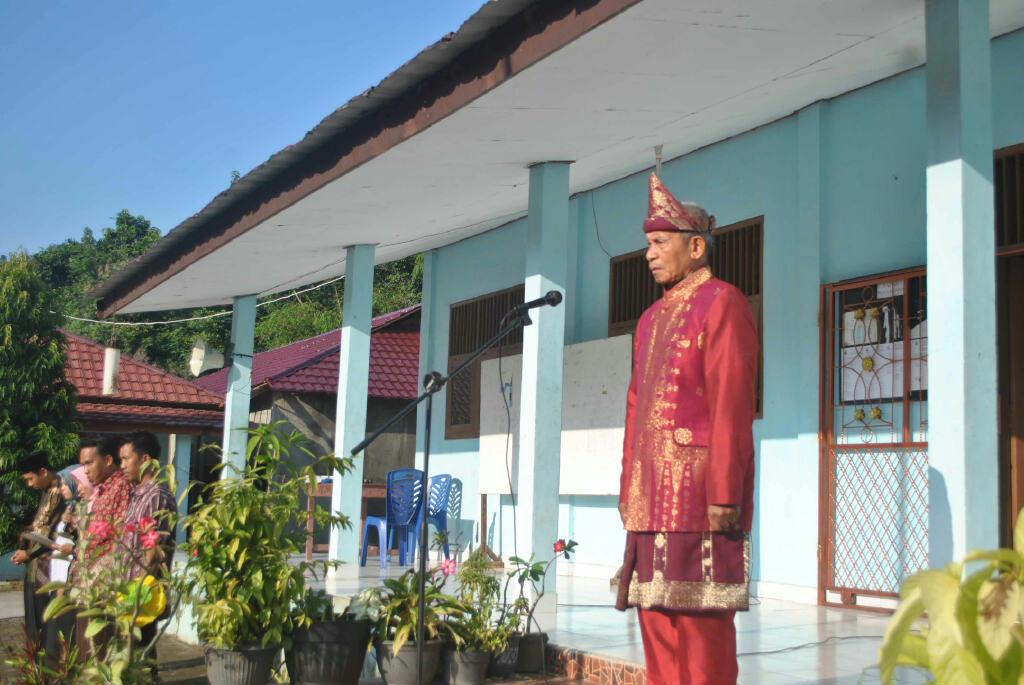 Kepala SMK Mutiara Tanjung Enim saat menjadi pembina upacara peringatan Hardiknas