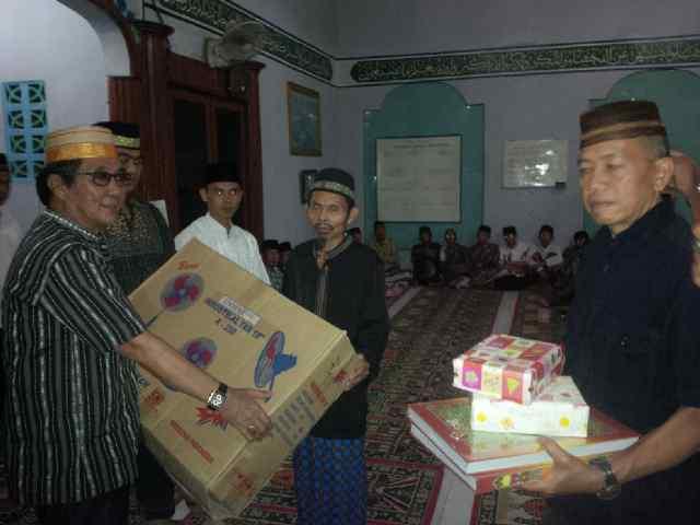 Kepala Disnakertrans Drs Ali Rachman saat menyerahkan bantuan kepada Pemdes dan Pengurus Masjid