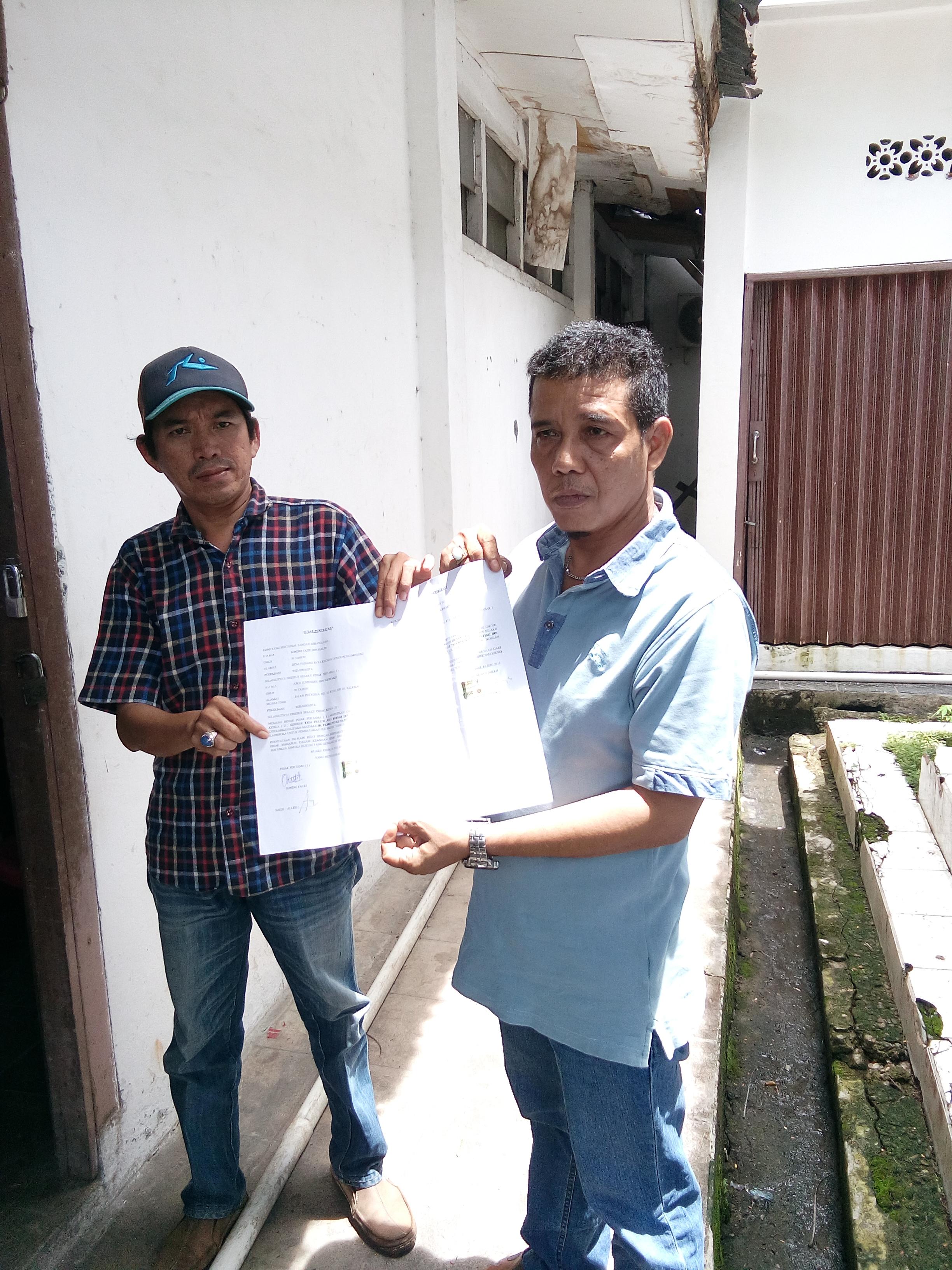 Sodri Fazri bersama Imam Suranta saat menunjukan surat pernyataan penyerahan uang kepada Kadisporapar