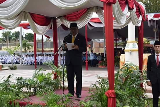 Bupati Muara Enim Ir H Muzakir Sai Sohar saat menjadi inspektur upacara HUT kabupaten Muara Enim Ke-70