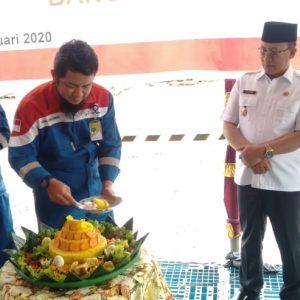 Pemotongan nasi tumpeng sebagai tanda dimulainya pengeboran sumur Pertamina EP Asset 2